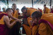 Поднявшись на сцену по прибытии на площадку для проведения учений монастыря Самстанлинг, Его Святейшество Далай-лама приветствует старших монахов. Сумур, Ладак, штат Джамму и Кашмир, Индия. 17 июля 2018 г. Фото: Тензин Чойджор.