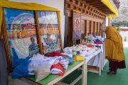 Ранним утром в заключительный день визита в Нубрскую долину Его Святейшество Далай-лама благословляет религиозные предметы в монастыре Самстанлинг. Сумур, Ладак, штат Джамму и Кашмир, Индия. 17 июля 2018 г. Фото: Тензин Чойджор.
