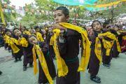 Местные школьники исполняют песню и танец во время подношения Его Святейшеству Далай-ламе молебна о долгой жизни. Сумур, Ладак, штат Джамму и Кашмир, Индия. 17 июля 2018 г. Фото: Тензин Чойджор.