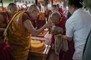 Перед тем как покинуть площадку для проведения учений монастыря Самстанлинг, Его Святейшество Далай-лама приветствует пожилого монаха. Сумур, Ладак, штат Джамму и Кашмир, Индия. 17 июля 2018 г. Фото: Тензин Чойджор.
