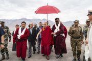 Организаторы визита Его Святейшества Далай-ламы в Занскар сопровождают его к автомобилю. Занскар, штат Джамму и Кашмир, Индия. 21 июля 2018 г. Фото: Тензин Чойджор.