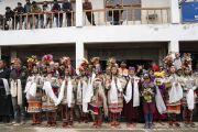 Местные жители в традиционных одеяниях выстроились вдоль дороги, ведущей к резиденции Его Святейшества Далай-ламы, чтобы поприветствовать своего духовного лидера. Занскар, штат Джамму и Кашмир, Индия. 21 июля 2018 г. Фото: Тензин Чойджор.