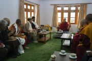Его Святейшество Далай-лама пьет чай с местными представителями в своей резиденции. Занскар, штат Джамму и Кашмир, Индия. 21 июля 2018 г. Фото: Тензин Чойджор.