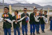 Школьники выстроились вдоль дороги, ведущей к резиденции Его Святейшества Далай-ламы, чтобы поприветствовать своего духовного лидера. Занскар, штат Джамму и Кашмир, Индия. 21 июля 2018 г. Фото: Тензин Чойджор.