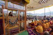 Прибыв в павильон для проведения учений, Его Святейшество Далай-лама обращается к более чем 16000 верующих. Падум, Занскар, штат Джамму и Кашмир, Индия. 22 июля 2018 г. Фото: Тензин Чойджор.