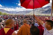 По завершении учений Его Святейшество Далай-лама машет рукой более чем 16000 верующих. Падум, Занскар, штат Джамму и Кашмир, Индия. 22 июля 2018 г. Фото: Тензин Чойджор.