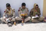 Местные полицейские следят за текстом во время учений Его Святейшества Далай-ламы. Падум, Занскар, штат Джамму и Кашмир, Индия. 22 июля 2018 г. Фото: Тензин Чойджор.