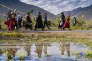 Верующие спешат, чтобы занять места на учениях Его Святейшества Далай-ламы. Падум, Занскар, штат Джамму и Кашмир, Индия. 22 июля 2018 г. Фото: Тензин Чойджор.