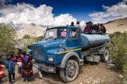 Верующие забрались на автоцистерну, чтобы лучше видеть Его Святейшество Далай-ламу во время учений. Падум, Занскар, штат Джамму и Кашмир, Индия. 22 июля 2018 г. Фото: Тензин Чойджор.