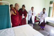 Его Святейшество Далай-лама посещает одну из палат во время визита в новую клинику «Мен-ци-кханг». Падум, Занскар, штат Джамму и Кашмир, Индия. 24 июля 2018 г. Фото: Тензин Чойджор.
