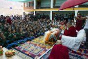 Его Святейшество Далай-лама возглавляет чтение «Восхваления Манджушри» с учениками образцовой школы «Ламдон». Падум, Занскар, штат Джамму и Кашмир, Индия. 24 июля 2018 г. Фото: Тензин Чойджор.