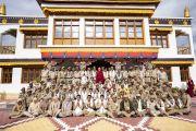 Его Святейшество Далай-лама фотографируется с сотрудниками полиции, оказывавшими помощь во время его визита в Занскар. Падум, Занскар, штат Джамму и Кашмир, Индия. 24 июля 2018 г. Фото: Тензин Чойджор.