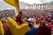 Его Святейшество Далай-лама обращается к нескольким тысячам верующих, собравшихся в новой клинике «Мен-ци-кханг». Падум, Занскар, штат Джамму и Кашмир, Индия. 24 июля 2018 г. Фото: Тензин Чойджор.