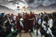Облака собираются над вершинами гор, в то время как Его Святейшество Далай-лама прибывает в образцовую школу «Ламдон». Падум, Занскар, штат Джамму и Кашмир, Индия. 24 июля 2018 г. Фото: Тензин Чойджор.