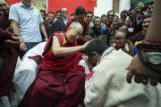 Его Святейшество Далай-лама шутливо приветствует бывшего ученика Тибетской детской деревни по завершении лекции в образцовой школе «Ламдон». Падум, Занскар, штат Джамму и Кашмир, Индия. 24 июля 2018 г. Фото: Тензин Чойджор.
