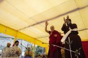 По прибытии в парк Хуссейна Его Святейшество Далай-лама приветствует более 8000 верующих. Каргил, Ладак, штат Джамму и Кашмир, Индия. 25 июля 2018 г. Фото: Тензин Чойджор.