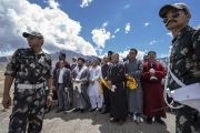 Местные представители собрались на вертолетной площадке, ожидая прибытия Его Святейшества Далай-ламы в Каргил. Каргил, Ладак, штат Джамму и Кашмир, Индия. 25 июля 2018 г. Фото: Тензин Чойджор.