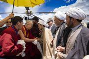 По прибытии в Каргил Его Святейшество Далай-лама приветствует местных представителей. Каргил, Ладак, штат Джамму и Кашмир, Индия. 25 июля 2018 г. Фото: Тензин Чойджор.