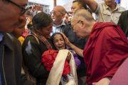 Покидая парк Хуссейна по завершении лекции, Его Святейшество Далай-лама утешает молодую женщину. Каргил, Ладак, штат Джамму и Кашмир, Индия. 25 июля 2018 г. Фото: Тензин Чойджор.