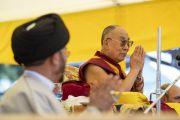 По завершении лекции в парке Хуссейна Его Святейшество Далай-лама благодарит верующих. Каргил, Ладак, штат Джамму и Кашмир, Индия. 25 июля 2018 г. Фото: Тензин Чойджор.