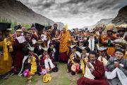 Его Святейшество Далай-лама фотографируется с представителями родовых общин Ладака, облачившимися в традиционные одеяния. Каргил, Ладак, штат Джамму и Кашмир, Индия. 26 июля 2018 г. Фото: Тензин Чойджор.
