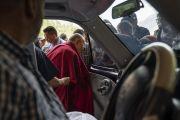 Перед тем как направиться из отеля в школу «Спринг Дейлз», Его Святейшество Далай-лама приветствует верующих. Каргил, Ладак, штат Джамму и Кашмир, Индия. 26 июля 2018 г. Фото: Тензин Чойджор.