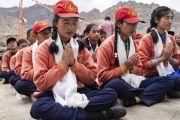 Ученики школы «Спринг Дейлз» возносят молитвы вместе с Его Святейшеством Далай-ламой. Мулбекх, Ладак, штат Джамму и Кашмир, Индия. 26 июля 2018 г. Фото: Тензин Чойджор.
