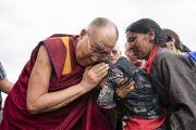 По завершении визита в школу «Спринг Дейлз» Его Святейшество Далай-лама утешает маленького ребенка. Мулбекх, Ладак, штат Джамму и Кашмир, Индия. 26 июля 2018 г. Фото: Тензин Чойджор.