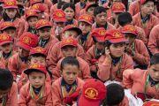 Ученики младших классов, собравшиеся на лекцию Его Святейшества Далай-ламы в школе «Спринг Дейлз». Мулбекх, Ладак, штат Джамму и Кашмир, Индия. 26 июля 2018 г. Фото: Тензин Чойджор.