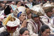 Местные жители в традиционных одеяниях слушают наставления Его Святейшества Далай-ламы в школе «Спринг Дейлз». Мулбекх, Ладак, штат Джамму и Кашмир, Индия. 26 июля 2018 г. Фото: Тензин Чойджор.