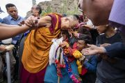 Его Святейшество Далай-лама утешает пожилую женщину из родовой общины местности Дхану. Каргил, Ладак, штат Джамму и Кашмир, Индия. 26 июля 2018 г. Фото: Тензин Чойджор.
