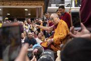 Его Святейшество Далай-лама обращается к представителям родовых общин Ладака, собравшимся на лужайке перед его отелем. Каргил, Ладак, штат Джамму и Кашмир, Индия. 26 июля 2018 г. Фото: Тензин Чойджор.