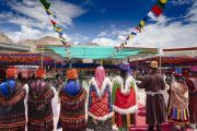 Вид на сцену, где располагается Его Святейшество Далай-лама время культурного представления, организованного перед обедом в Синдху Гхаре на берегу реки Инд. Ле, Ладак, штат Джамму и Кашмир, Индия. 29 июля 2018 г. Фото: Тензин Чойджор.