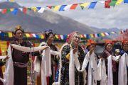 Ладакские артисты выступают перед началом обеда, организованного Ладакским автономным советом по горному развитию в Синдху Гхаре на берегу реки Инд. Ле, Ладак, штат Джамму и Кашмир, Индия. 29 июля 2018 г. Фото: Тензин Чойджор.