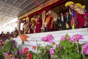 Его Святейшество Далай-лама приветствует более 2500 верующих, собравшихся на церемонию закладки первого камня библиотеки и учебного центра в монастыре Тикси. Ле, Ладак, штат Джамму и Кашмир, Индия. 29 июля 2018 г. Фото: Тензин Чойджор.