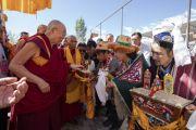 Местные жители подносят традиционное приветствие Его Святейшеству Далай-ламе, прибывшему в монастырь Тикси. Ле, Ладак, штат Джамму и Кашмир, Индия. 29 июля 2018 г. Фото: Тензин Чойджор.