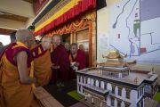 Его Святейшество Далай-лама рассматривает модель и план будущей библиотеки и учебного центра в монастыре Тикси. Ле, Ладак, штат Джамму и Кашмир, Индия. 29 июля 2018 г. Фото: Тензин Чойджор.