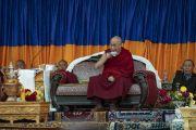 Его Святейшество Далай-лама пьет чай во время культурного представления, организованного перед обедом в Синдху Гхаре на берегу реки Инд. Ле, Ладак, штат Джамму и Кашмир, Индия. 29 июля 2018 г. Фото: Тензин Чойджор.