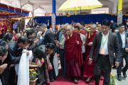 Направляясь на обед в Синдху Гхаре, Его Святейшество Далай-лама приветствует верующих. Ле, Ладак, штат Джамму и Кашмир, Индия. 29 июля 2018 г. Фото: Тензин Чойджор.