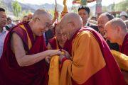 Тикси Ринпоче приветствует Его Святейшество Далай-ламу по прибытии в монастырь Тикси. Ле, Ладак, штат Джамму и Кашмир, Индия. 29 июля 2018 г. Фото: Тензин Чойджор.