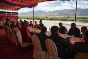 Его Святейшество Далай-лама во время обеда, организованного Ладакским автономным советом по горному развитию в Синдху Гхаре на берегу реки Инд. Ле, Ладак, штат Джамму и Кашмир, Индия. 29 июля 2018 г. Фото: Тензин Чойджор.