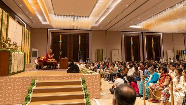 В Бангалоре по просьбе общества «Видьялоке» Далай-лама прочел публичную лекцию «Индийская мудрость и современный мир»