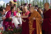 Направляясь в павильон для проведения учений, Его Святейшество Далай-лама приветствует верующих. Ле, Ладак, штат Джамму и Кашмир, Индия. 30 июля 2018 г. Фото: Тензин Чойджор.