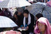 Верующие следят за текстом во время первого дня учений Его Святейшества Далай-ламы. Ле, Ладак, штат Джамму и Кашмир, Индия. 30 июля 2018 г. Фото: Тензин Чойджор.