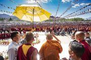 По прибытии на площадку для проведения учений Шевацель Его Святейшество Далай-лама приветствует более 20000 верующих. Ле, Ладак, штат Джамму и Кашмир, Индия. 30 июля 2018 г. Фото: Тензин Чойджор.