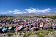 Разноцветье зонтиков, под которыми прячутся от солнца более 30000 верующих во время заключительного дня учений Его Святейшества Далай-ламы в Ле. Ле, Ладак, штат Джамму и Кашмир, Индия. 31 июля 2018 г. Фото: Тензин Чойджор.