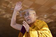По прибытии на площадку для проведения учений Шевацель Его Святейшество Далай-лама приветствует более 30000 верующих. Ле, Ладак, штат Джамму и Кашмир, Индия. 31 июля 2018 г. Фото: Тензин Чойджор.