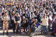 Верующие стоят с молитвенно сложенными у груди руками, почтительно приветствуя Его Святейшество Далай-ламу, прибывшего на площадку для проведения учений Шевацель, где собралось более 30000 человек. Ле, Ладак, штат Джамму и Кашмир, Индия. 31 июля 2018 г. Фото: Тензин Чойджор.