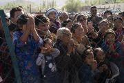 Верующие собрались, чтобы поприветствовать Его Святейшество Далай-ламу, направляющегося из своей резиденции на площадку для проведения учений Шевацель. Ле, Ладак, штат Джамму и Кашмир, Индия. 31 июля 2018 г. Фото: Тензин Чойджор.