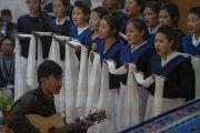 Студенческий хор исполняет песню в знак приветствия Его Святейшеству Далай-ламе, прибывающему в государственный мемориальный колледж им. Елеазара Джолдана. Ле, Ладак, штат Джамму и Кашмир, Индия. 2 августа 2018 г. Фото: Тензин Чойджор.